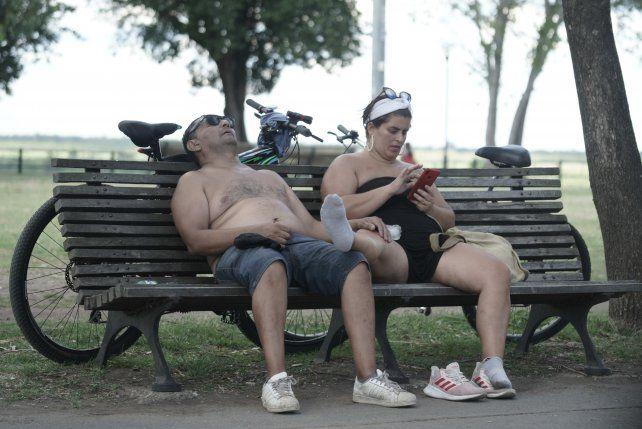 Los médicos recomiendan moderar el ejercicio físico en las horas más calurosas del día.