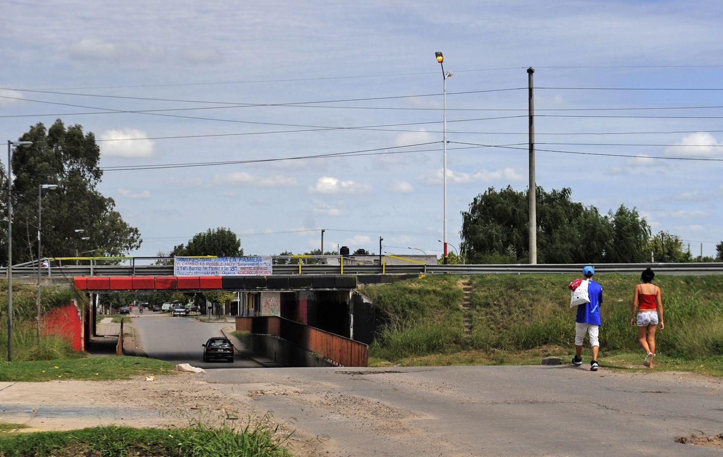 Túnel. Miriam fue asesinada a metros del ingreso al barrio Las Flores. Hasta anoche no se había establecido la causa. (foto: Virginia Benedetto)