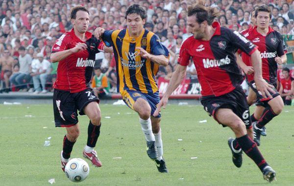 Bernardi y Schiavi lucha la pelota con Zelaya. El último clásico fue en abril de 2010.