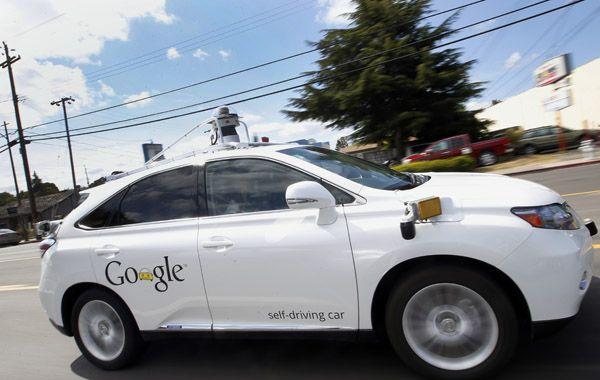 Uno de los coches de Google sin conductor que realiza trabajos para la compañía.