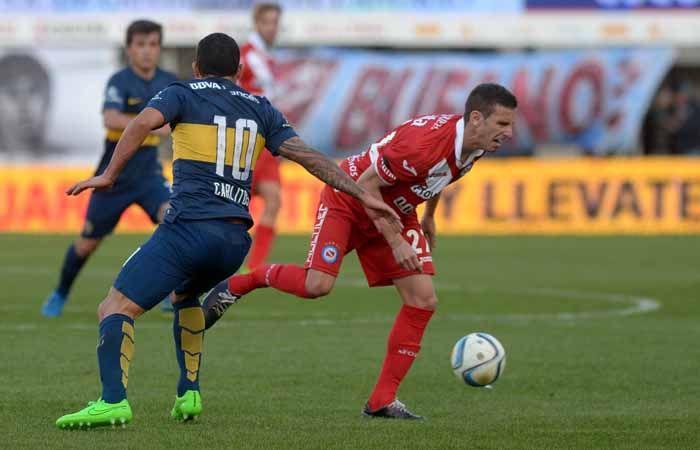 Tevez acaba de golpeara Ezequiel Ham y lo lesiona gravemente. (Foto: NA)