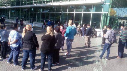 La asamblea del HECA se realizó en la puerta del hospital de Pellegrini y Crespo.