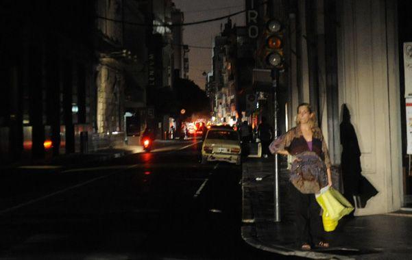 A oscuras. La tradicional esquina de Sarmiento y Santa Fe ayer