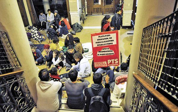 La toma. Estudiantes que vienen apoyando el reclamo de los docentes volvieron a ocupar pacíficamente la sede de Gobierno de la UNR.
