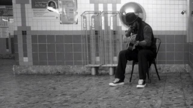 Arjona dio un show sorpresa en el metro de Nueva York pero nadie lo reconoció