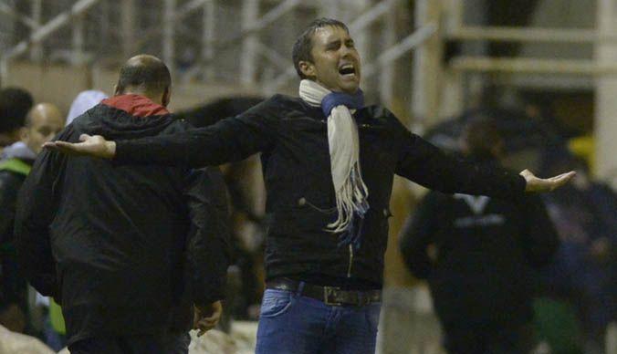 Contrariado. El Chacho protestó los fallos del árbitro Néstor Pitana.