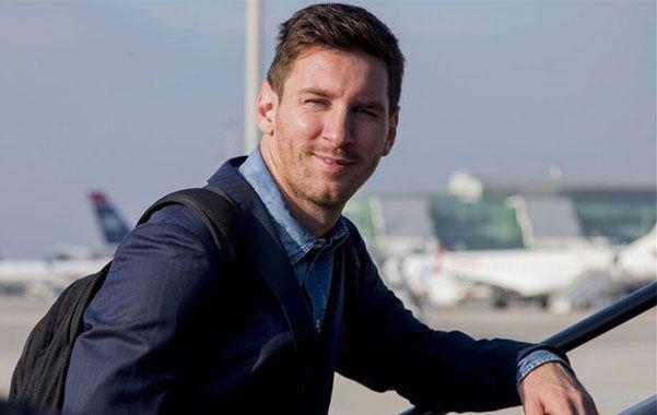 El futbolista rosarino vuela hoy rumbo a la Argentina. Se recupera de una rotura del bíceps femoral.