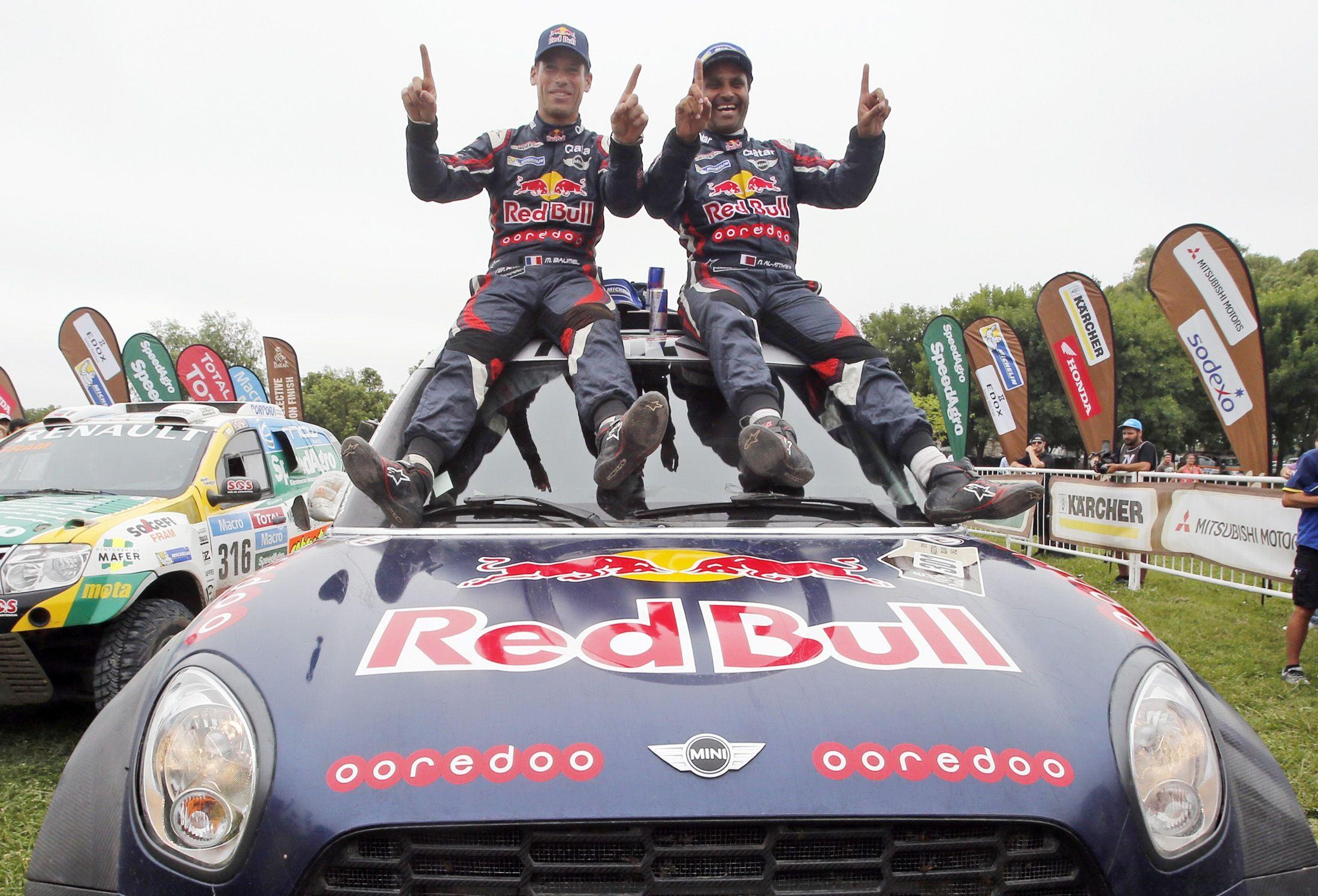 Al-Attiyah de Qatar (a la derecha) y su copiloto Matthieu Baumel de Francia celebran la victoria. (Foto: Reuters)