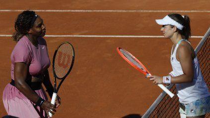 Nadia Podoroska acaba de vencer a Serena Williams y se apresta a saludar a su rival.