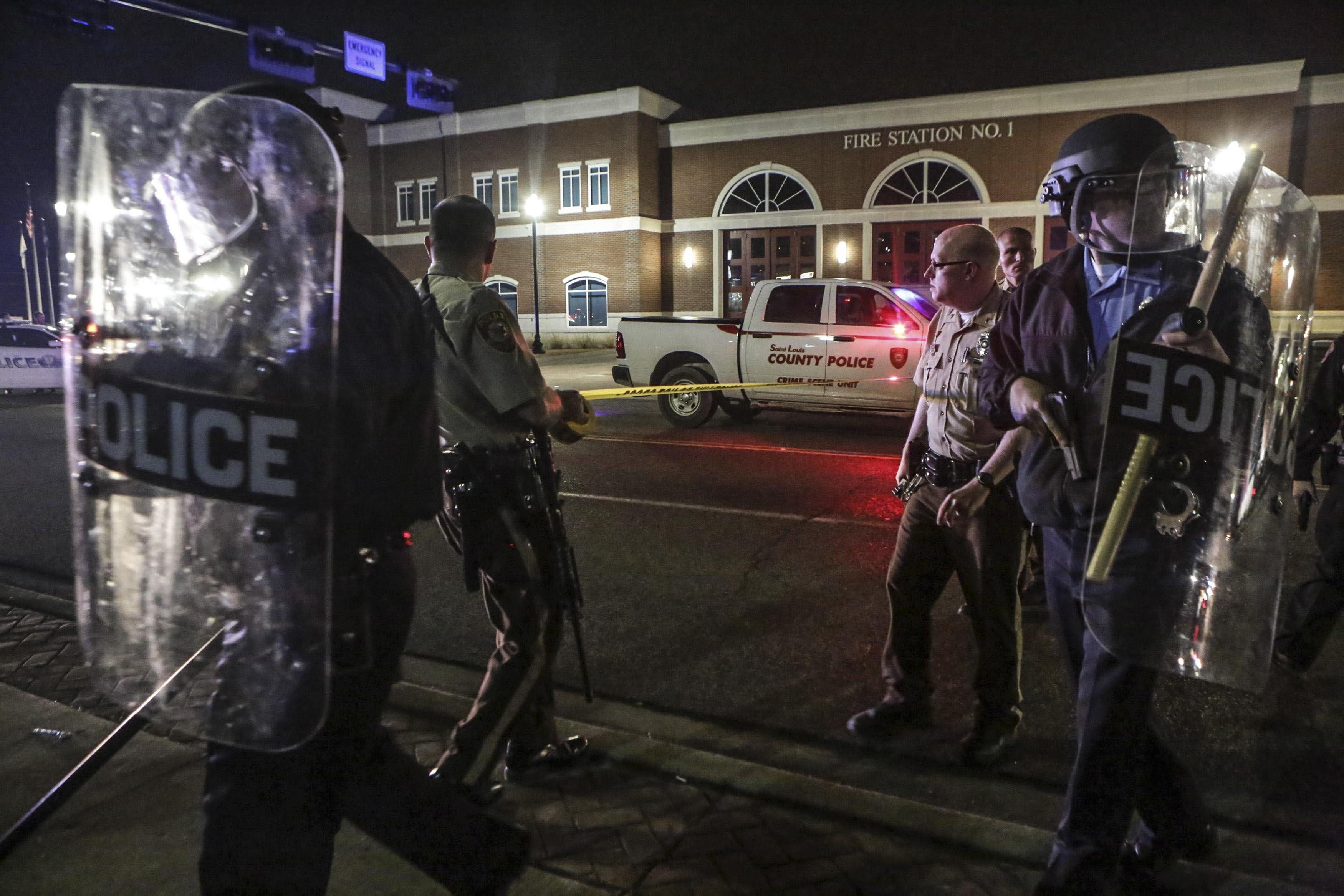 En alerta. Los agentes heridos recibieron el alta del hospital de Ferguson.