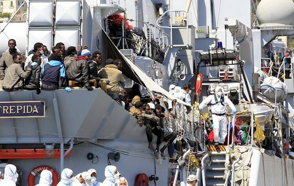 Travesía fatídica. Un grupo de migrantes africanos llega a Sicilia a bordo del navío de guerra italiano.
