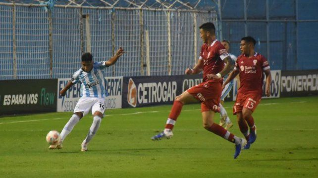 Omar De Felippe trata que Atlético Tucumán juegue con la pelota por el piso