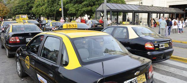 Los taxistas se manifestaron frente a la Terminal y la sede de Gobernación. (Foto: A. Amaya)