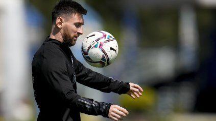 Amiga inseparable. Messi y la pelota, una relación eterna que hoy volverá a potenciarse ante Uruguay.