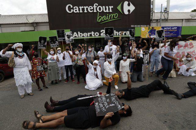 Bronca y protestas frente al supermecado de Porto Alegre donde fue asesinada la víctima.