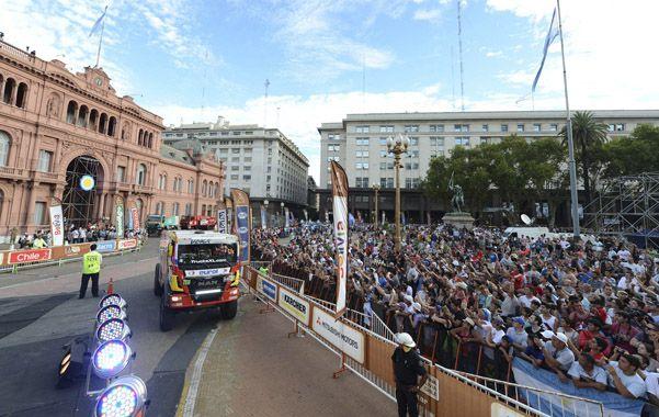 Postal Dakar. El público se acercó a la Casa de Gobierno para observar la largada simbólica de la competencia más exigente del planeta.