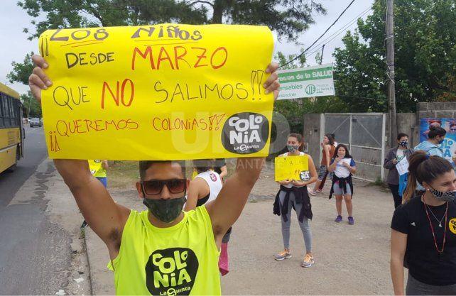 Referentes y profesores de educación física de colonias de vacaciones se manifestaron este viernes pidiendo la autorización para trabajar esta temporada.