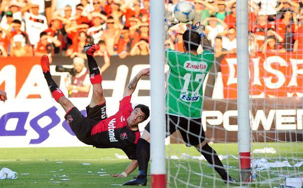 Nacho Scocco puso de cabeza y de chilena los tantos de la victoria parcial para el rojinegro.
