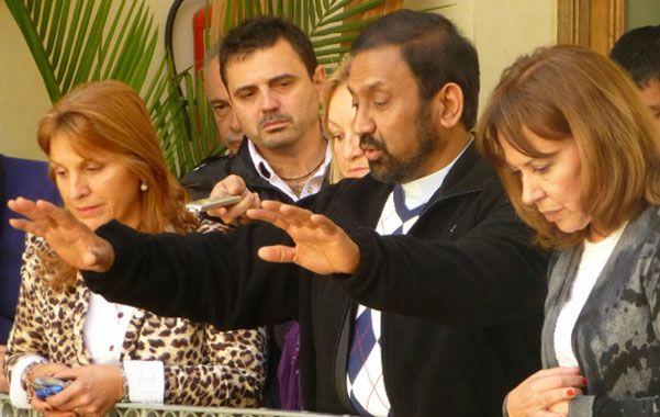 Bendición. El padre Ignacio bendijo ayer a los empleados de la Municipalidad de Paraná.