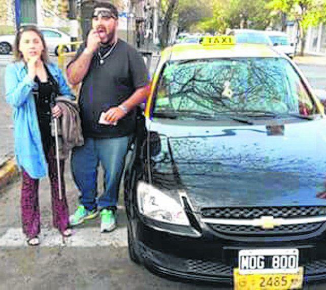 El taxista que pisó la senda peatonal por ayudar a una pasajera ciega recibió la multa