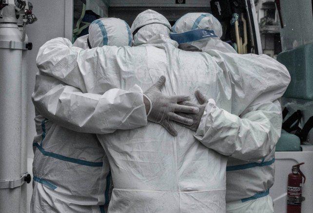 EMOCIÓN. Los trabajadores sanitarios del hospital de Mercedes en un abrazo sentido.