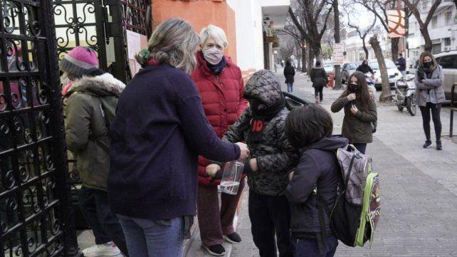El ingreso en la escuela Juana Manso de calle Mitre. Protocolos y abrigos a full.