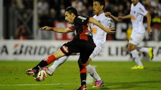 Maxi Rodríguez es trabado en el momento de patear en la semifinal de 2013. Fue la última Libertadores de la lepra.