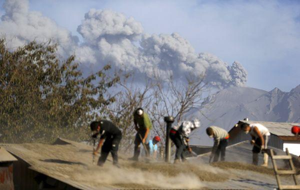 Del lado chileno los pobladores continuaban con la limpieza de las cenizas volcánicas. (Foto: Reuters)