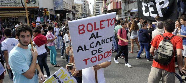 Estudiantes caminaron por el centro de la ciudad y expresaron su negativa al aumento del boleto. (Foto: S. Salinas)