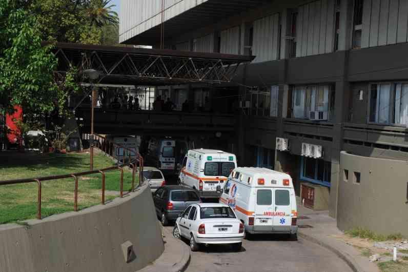 El herido ingresó a la guardia del Centenario y más tarde quedó detenido. (Foto: S.Salinas)