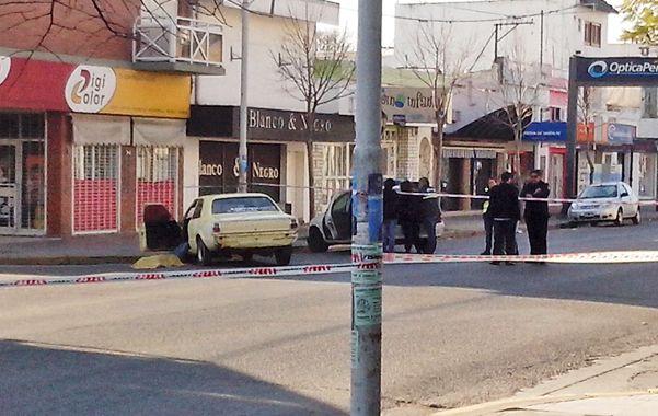 La esquina. El cuerpo de Vivas fue sacado del auto y quedó tendido junto al viejo Taunus amarillo en el que iba.
