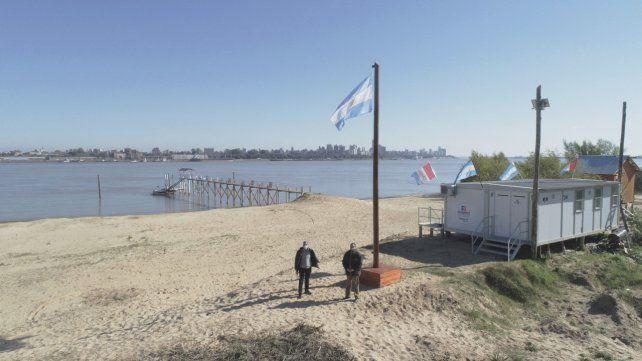 Histórico izamiento de la bandera nacional en la isla Sabino Corsi
