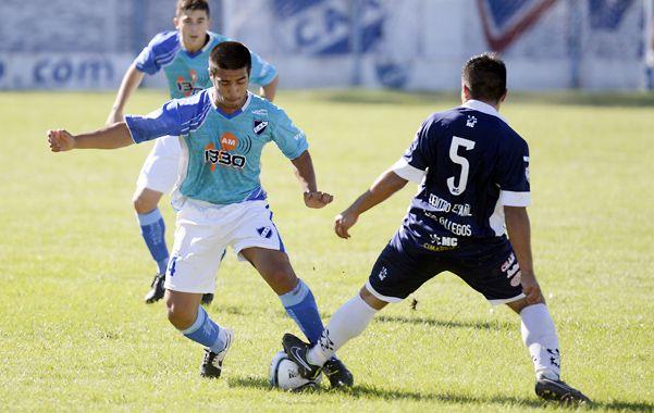 Disputa. El lateral derecho salaíto Samuel Posadas intenta pasar ante la marca de Sebastián Juárez.