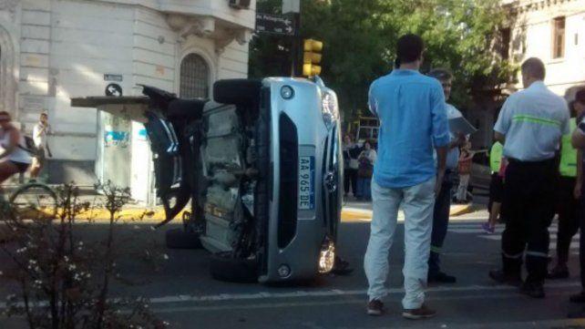 Un auto cruzó en rojo y chocó a un vehículo que volcó sobre avenida Pellegrini