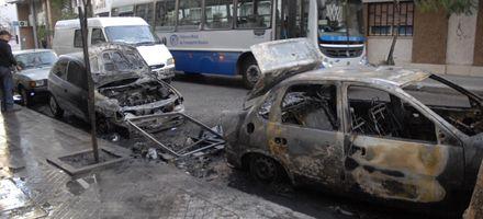Dos autos quemados tras el incendio de contenedores
