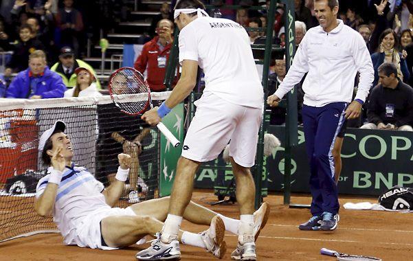 Final feliz. Mayer celebra el triunfo en dobles con Berlocq. Se acerca el capitán