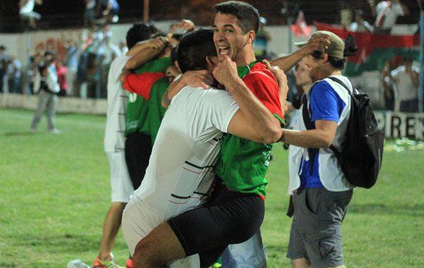Explosión. Nahuel Nicoletti festeja eufórico el ascenso al torneo Argentino B.