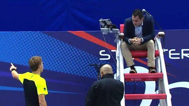El tenista bielorruso Ilya Ivashka durante su discusión por ser penalizado tras haber ido al baño.