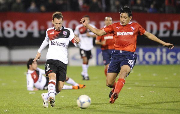 El capitán rojinegro disputa el balón con Zapata