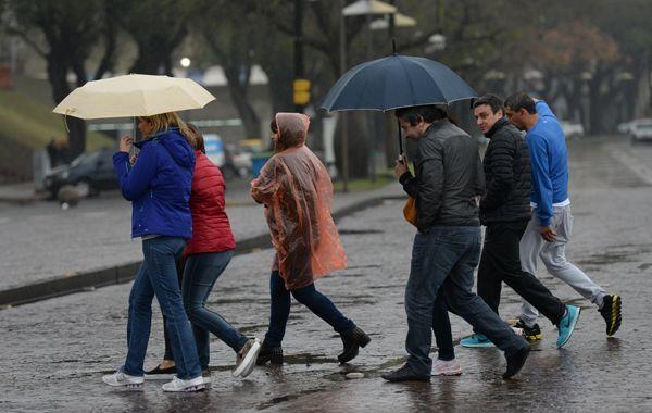 La lluvia se desató con mucha intensidad pasadas las 16 sobre la ciudad. (Foto archivo)