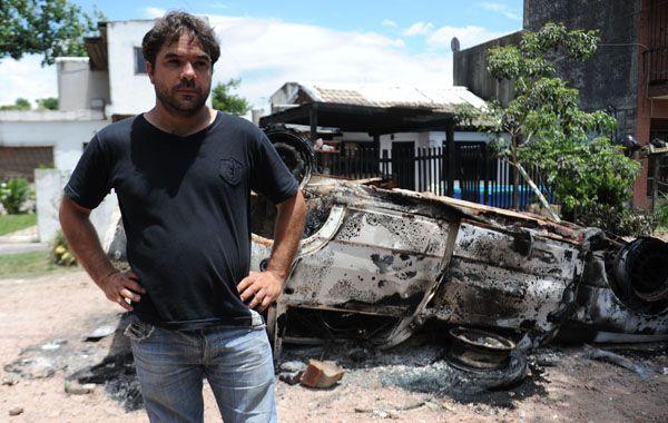 una noche de furia. Familiares y amigos de la victima incendiaron un Fiat Duna blanco del imputado.