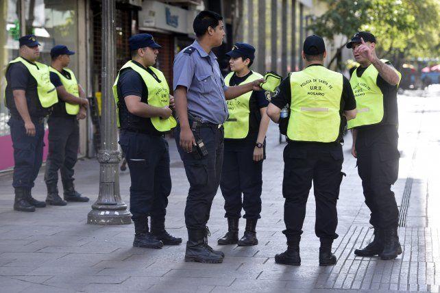 Policías refuerzan la seguridad durante un día de paro municipal. Ahora