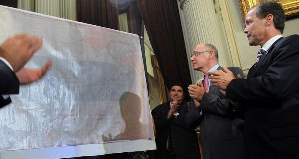 Llegó a la Argentina la bandera de Belgrano y será trasladada a Rosario el 27 de febrero