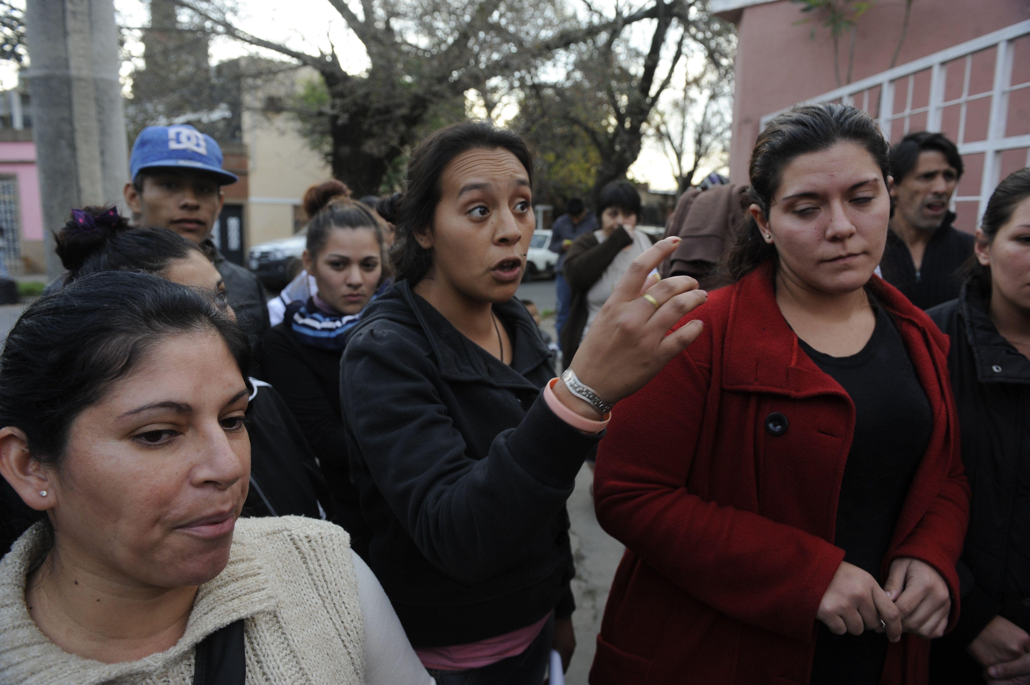 Un grupo de damnificados protestó la semana pasada frente a la vivienda de la presunta estafadora