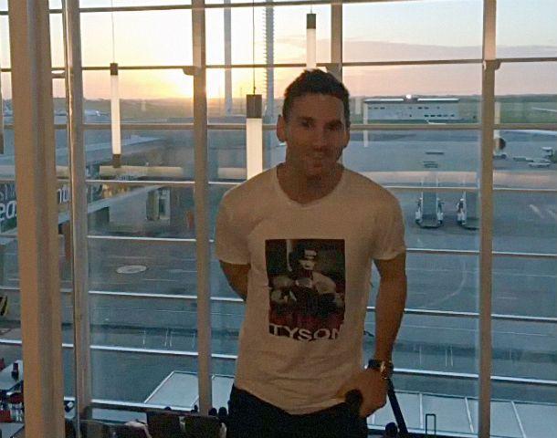 El futbolista subió la foto a una red social ni bien arribó al país.