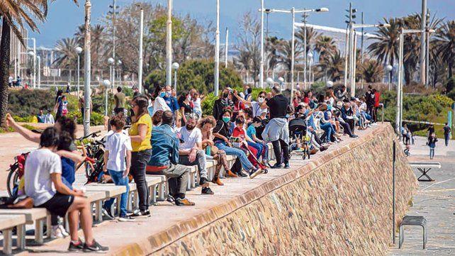 Adisfrutar. En Barcelona las ramblas y costaneras se llenaron de niños y de adultos. Con y sin barbijos.