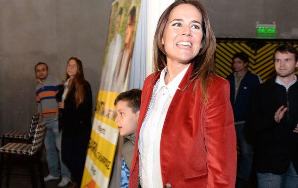 Martínez saludó a todos sus colaboradores en compañía de su pequeño hijo y agradeció el apoyo brindado en la campaña.