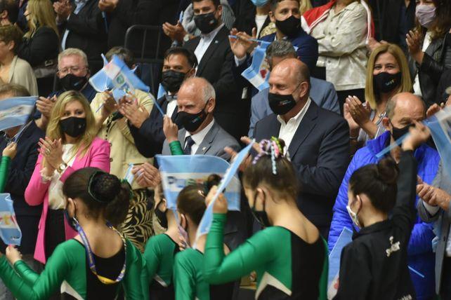 Unos 600 deportistas del club verdinegro desfilaron y recibieron los primeros aplausos en el escenario en el que pronto desarrollarán sus actividades.
