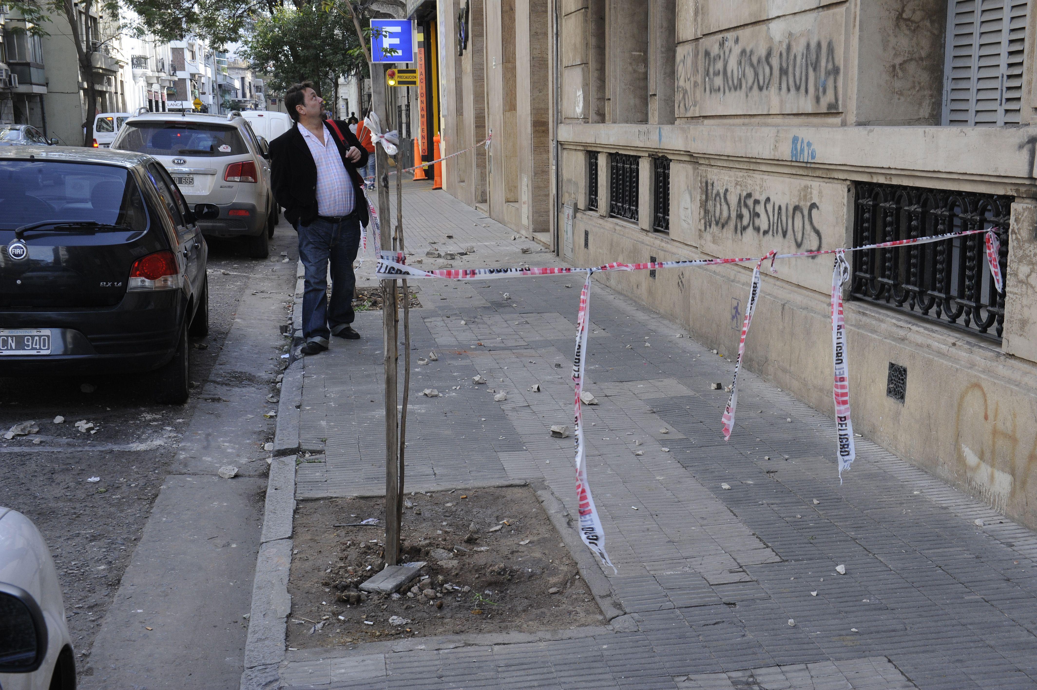 Italia al 700. Los restos de mampostería sobre la vereda y el precario vallado con el que se señala el peligro en el lugar. (Foto: A. Celoria).