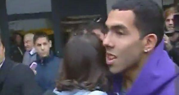 Tevez llegó en silencio, castigado por su club y afuera de la selección